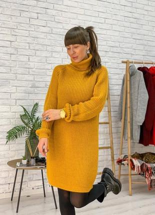Вязаное стильное платье цвета горчица