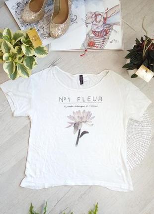 Коротенькая фирменная белая свободная футболка футболка вискоза