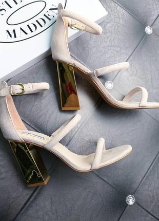 Steve madden оригинал пудровые замшевые босоножки на золотом каблуке