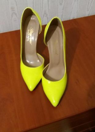 Туфлі яскраво жовтого кольору