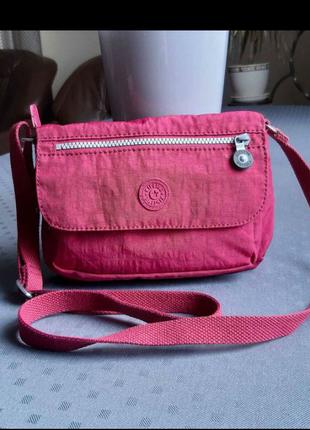 Красивая розовая спортивная сумка кроссбоди фирмы kipling
