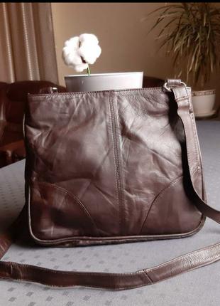 Кожаная красивая коричневая сумка кроссбоди в новом состоянии