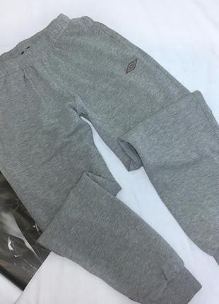 Серые спортивные штаны umbro