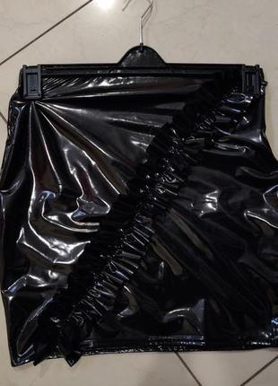 Черная латексная юбка с рюшкой спереди наискосок