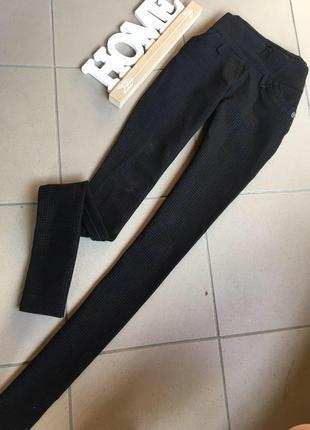 Чорные брюки в клетку высокая посадка