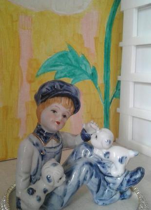 Статуэтка мальчик с щенками, фарфор