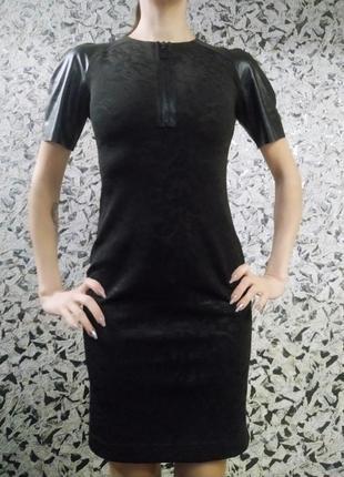 Платье строгое узкое, бандажное.