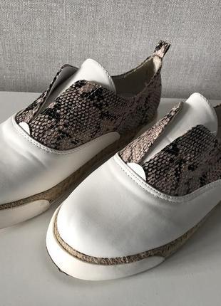 Новые белые со змеиным принтом кроссовки