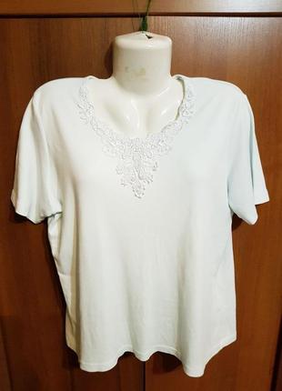 Нежная футболка с кружевом размера 52-54.