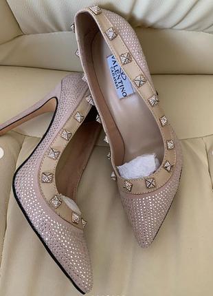 Туфли лодочки valentino замшевые в бежевом цвете с декором заклепки