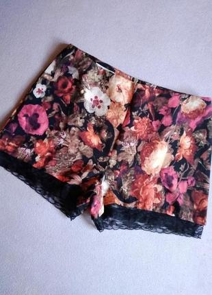 Яркие цветочные шорты с кружевом
