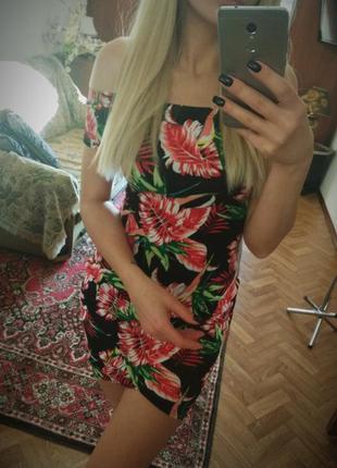 Платье с открытыми плечами в цветочный принт