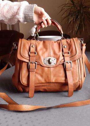 Кожаная коричневая вместительная сумка на длинном ремешке фирмы clarks