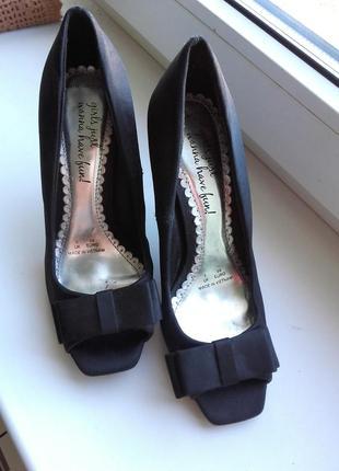 Туфлі атласні чорного кольору.36