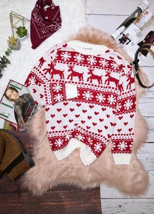 Белый новогодний свитер в красный орнамент снежинки и сердечки