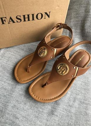 Новые коричневые сандалии tommy hilfiger, босоножки на маленьком каблуке