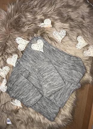 Вязанный свитер с опущенными рукавами