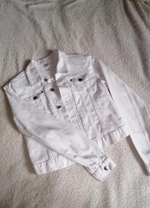 Идеально белая джинсовая курточка