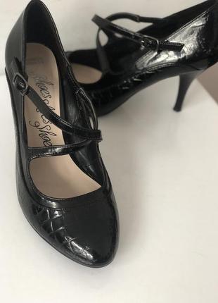 Чёрные лаковые лодочки 39  с переплетами средний каблук туфли для танцев