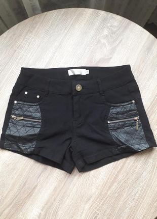 Коротенькие шорты с вставками из эко-кожи