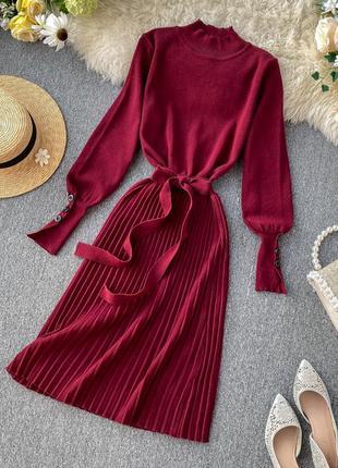 Темно-красное платье-плиссе с поясом и объемными рукавами, бордовое платье под горло