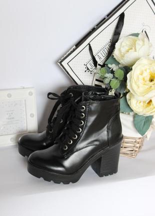 Трендовые лаковые ботинки на каблуку рр 37
