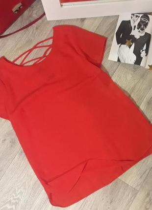 Красивая красная шифоновая блуза с плетением на спинке