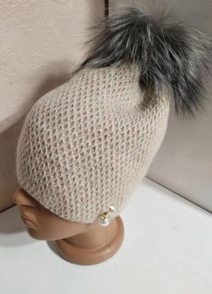 Женская мохеровая бежевая шапка на флисе с натуральным меховым помпоном из чернобурки