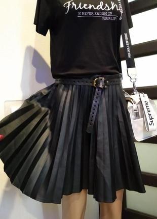 Кожаная брэндовая юбка мини гофре чёрная