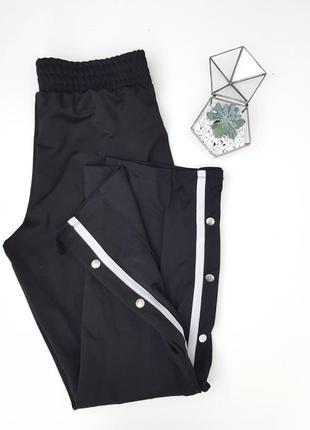 Черные широкие штаны с лампасами и кнопками