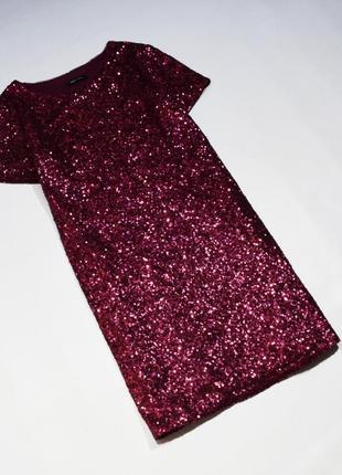 Яскраве бликуче темно-червоне плаття в паєтках