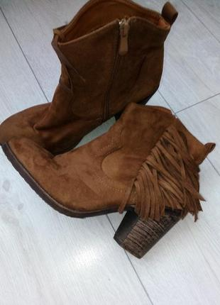 Стильные ботинки ботильоны с бахромой