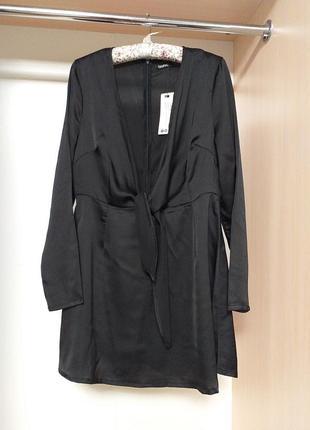 Маленькое черное платье с откровенным декольте