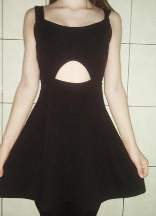 Эффектное платье с вырезом на животе