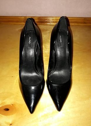 Чорние лаковые туфли лодочки