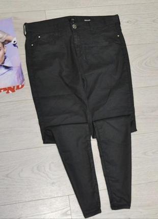 Стильные джинсы  с кожаной  пропиткой и  высокой посадкой