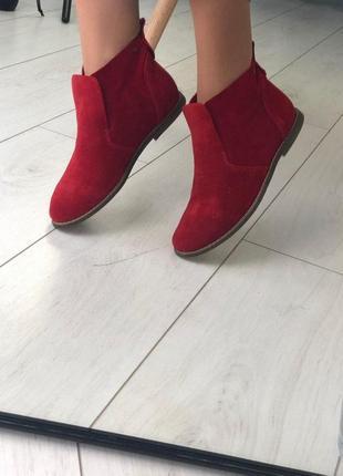 Женские демисезонные ботинки красные