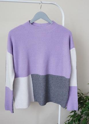 Стильный свитер под горло свободного кроя