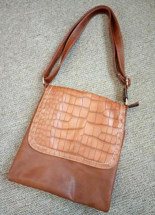 Зачетная рыжая сумка планшетка с легко устранимыми нюансами, функциональная и удобная.