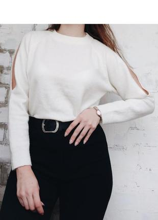 Молочный белый свитер с вырезами на плечах светр білий