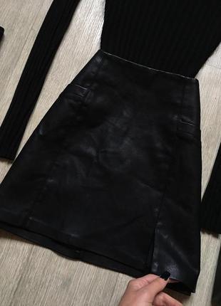 Трендовая кожаная юбка с разрезом на ноге