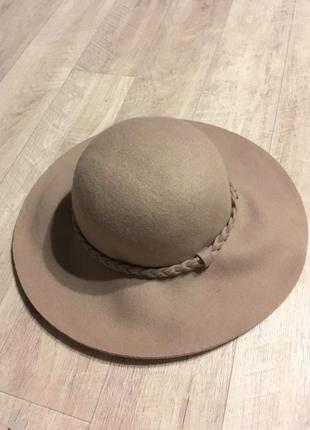 Стильная шляпа нюдового цвета