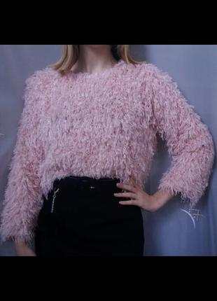 Розовый свитер в пушистую нить