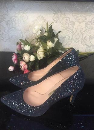 Красиві вечірні туфлі від бренду bravomoda.  шкіра