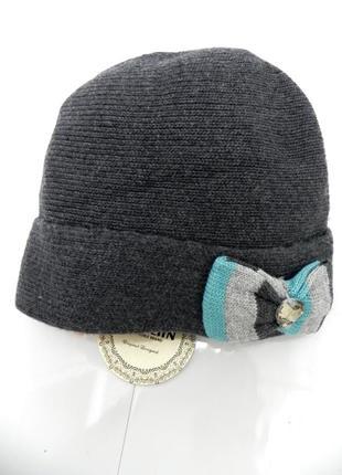 Теплая красивая вязаная шапка