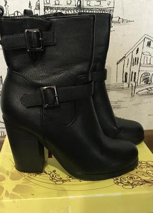 Ботинки с пряжками на каблуке