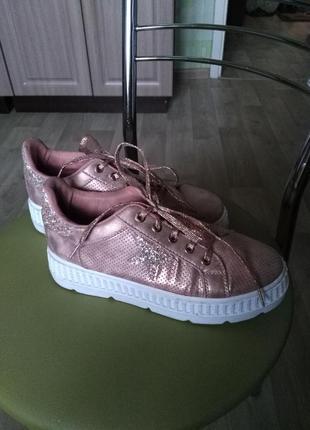Стильные молодежные кроссовки