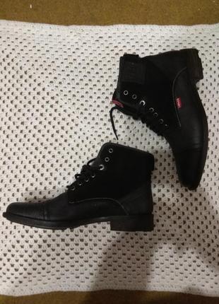 Классные кожаные ботинки levis размер 40