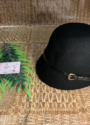 Чёрная шляпа с ремешком в жокейском стиле h&m
