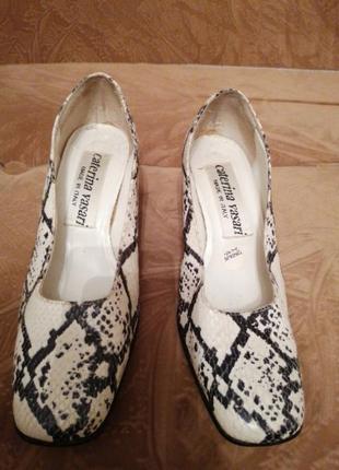 Красивые кожаные туфельки под питона